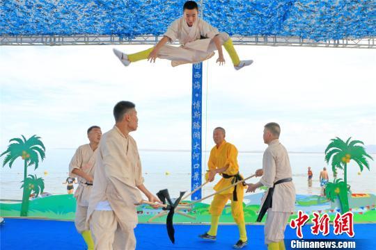 新疆博湖县:水上嘉年华吸引游客避暑饱眼福