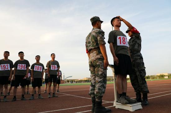 陆军某训练基地严密组织预选士官军事科目考核(组图)