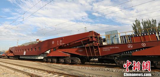 新疆铁路开行首列大容量变压器专列