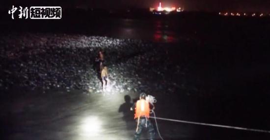 惊险!醉酒男子被困河道 营救时救援人员险被冲走