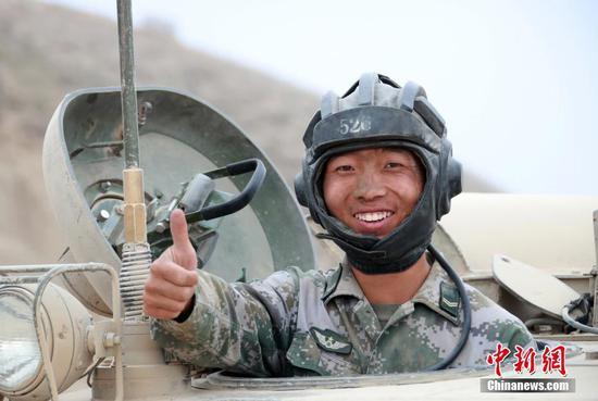 新疆军区某装甲团演训场上 士兵脸庞最动人