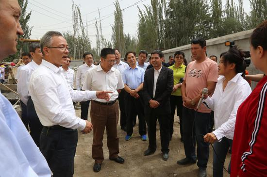 考察团与贫困村第一书记及村民收入研讨帮扶措施。