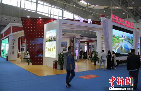 走进第六届中国-亚欧博览会新疆兵团展馆,独特的设计让人耳目一新,卷轴祥云门的布置使整个展馆更具文化气息。 戚亚平 摄