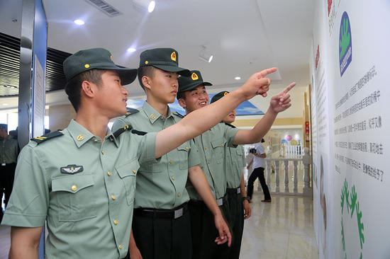 图为9月1日,4名即将退伍的老兵在一起进行参观并深入交流。罗兴仓 摄