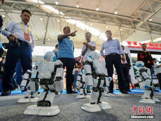 """中国—亚欧博览会:机器人""""跳起""""炫酷舞蹈"""