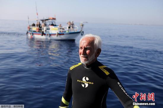 塞浦路斯95岁老人潜水庆生 欲创造新纪录