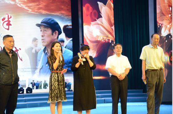 影片《五十八座?半》新疆和田市首映 千余观众拭泪鼓掌
