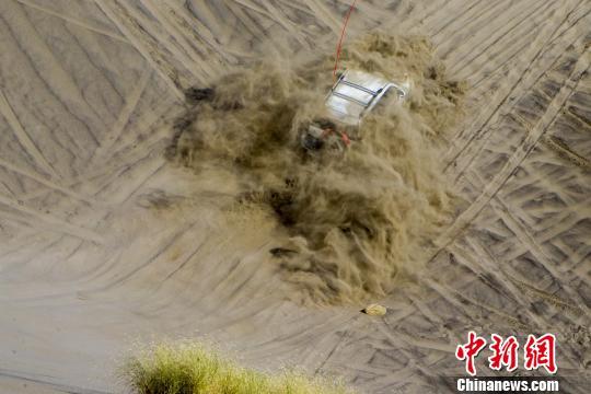 新疆精河首届木特塔尔沙漠文化旅游节开幕 百余车鏖战瀚