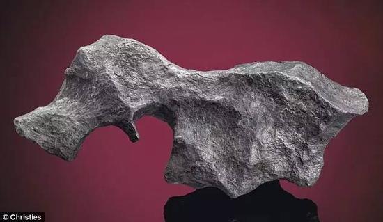 一块表面较为光滑的陨石,形状像小动物,估价约为1000英镑。
