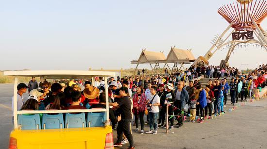 十一小长假新疆尉犁县迎来旅游高峰 景区游客爆棚