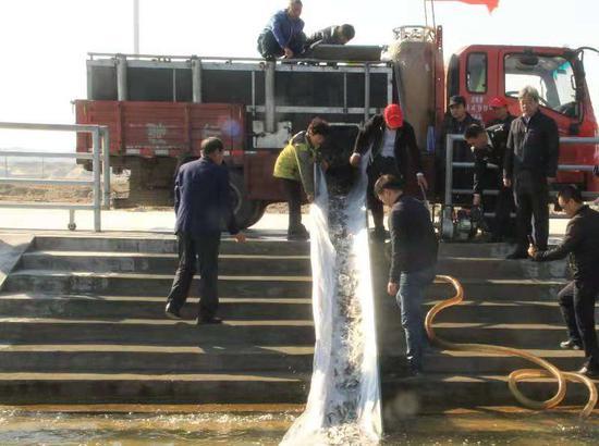 10月10日,2018年全疆水生生物增殖放流活动启动仪式在福海县乌伦古湖畔举行。