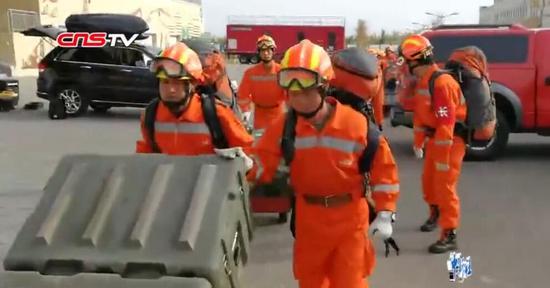 监拍新疆精河地震瞬间 孩子们跑到操场避难