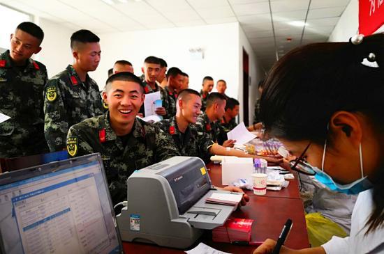 10月15日,大学生士兵赵强献完300CC血后,等待领证。毛松  摄