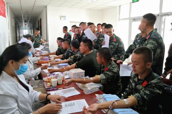 10月15日,武警兵团总队某支队七中队官兵开展无偿献血。毛松  摄