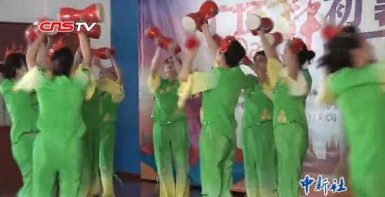 乌鲁木齐举办广场舞比赛 展现别样新疆风情
