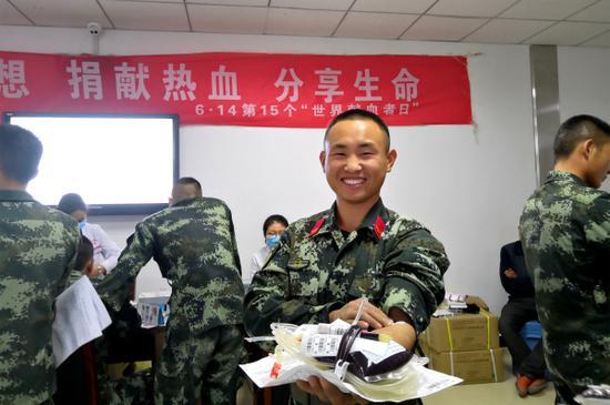 10月15日,武警兵团总队某支队七中队官兵开展无偿献血,大学生士兵吕旭因为前期训练受了点伤,还未完全恢复,这次他献了200CC的血。毛松  摄