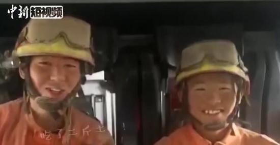 沙尘暴致车辆追尾起火 消防救援变泥人