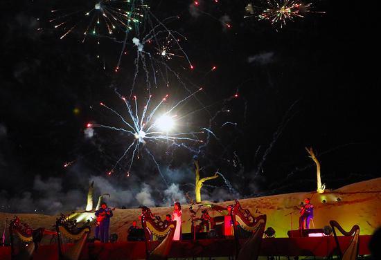 新疆且末县上演沙漠箜篌星空音乐会
