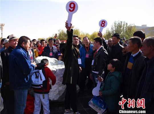 新疆且末县5.89吨羊脂白玉山料拍出7100万元