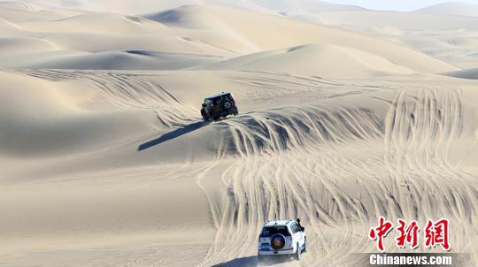 """塔克拉玛干沙漠越野 新疆且末上演""""速度与激情"""""""