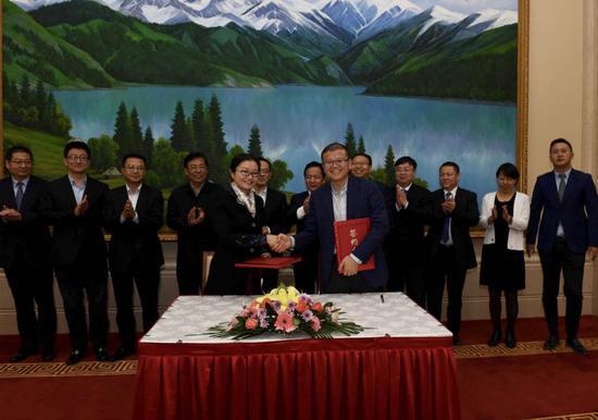 """10月 24日,中国工商银行与特变电工股份有限公司签署《海外项目投融资总协调服务协议》,双方将在 """"走出去""""业务领域进一步深化长期稳定的战略合作关系。"""