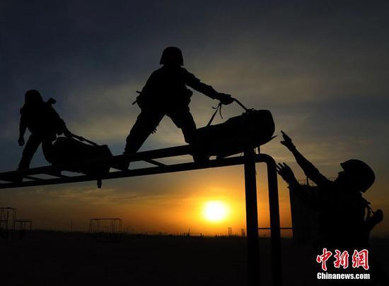 新疆军区陆战精英夕阳下展飒爽英姿