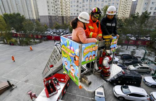 乌鲁木齐民众32米登高云梯消防车上学习消防知识