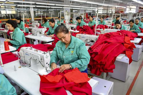"""乌鲁木齐""""社区工厂""""为居民提供家门口的就业机会"""