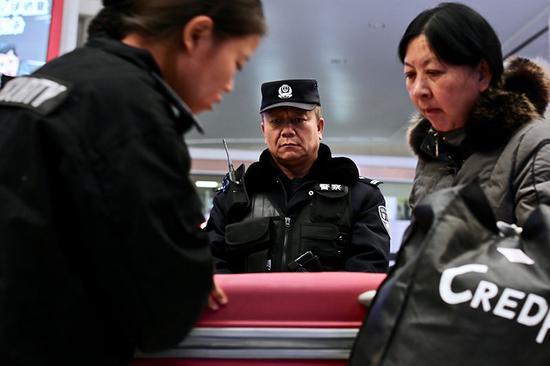 乌鲁木齐铁路公安处对进沪旅客实行二次安检