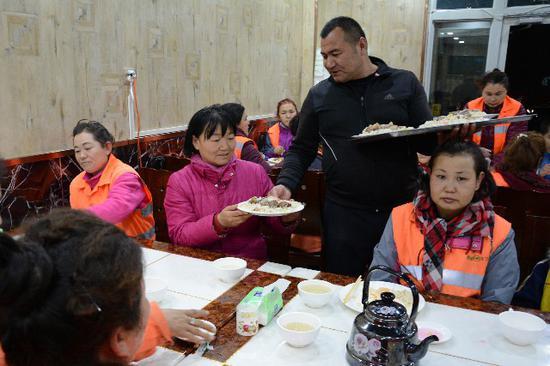 博湖县70余位环卫工人免费享受暖心抓饭