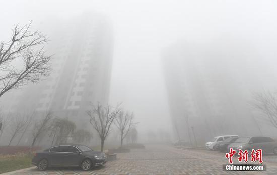 """乌鲁木齐浓雾弥漫 高层楼宇被""""吞噬"""""""