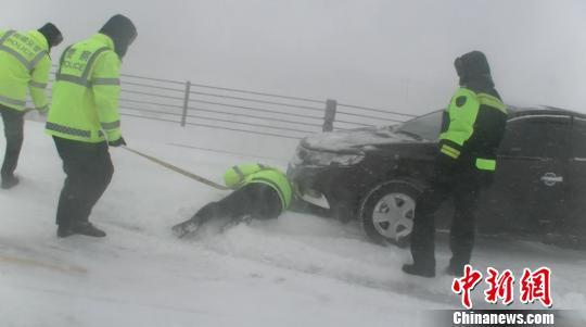 新疆玛依塔斯遭遇风吹雪 交警及时救援两车六人