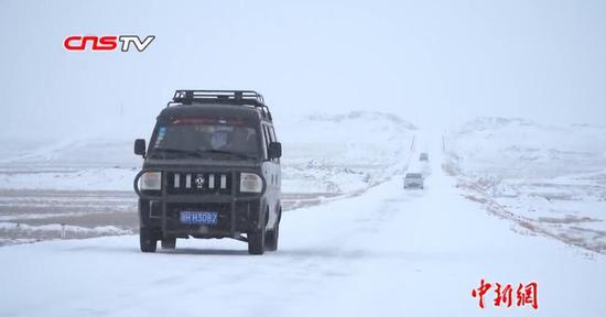 新疆阿勒泰地区出现持续性强降雪 清理道路积雪54万立方米