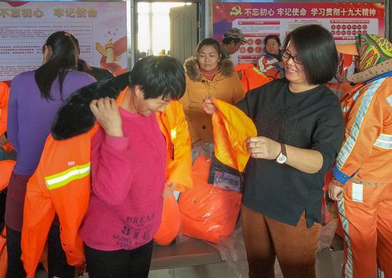 乌鲁木齐水磨沟区教育局工作队:为环卫工人送冬衣