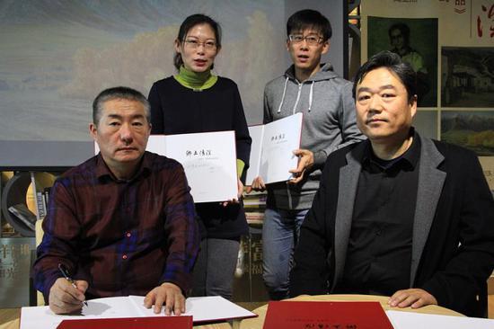 《乡土情深》采撷了新疆画家徐奇志(左一)、阎亚杰(右一)共108件油画作品。