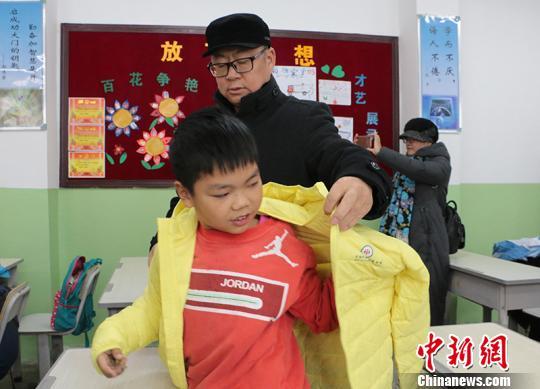 新疆兵团边境团场逾500名学生获赠民政部爱心棉衣