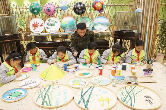 遂昌县应村乡小学的孩子们将清廉文化融入竹匾画中  遂昌宣传部提供
