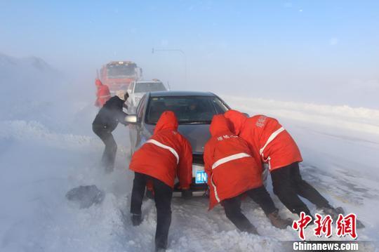 新疆玛依塔斯遭暴风雪袭击 21名旅客安全转移