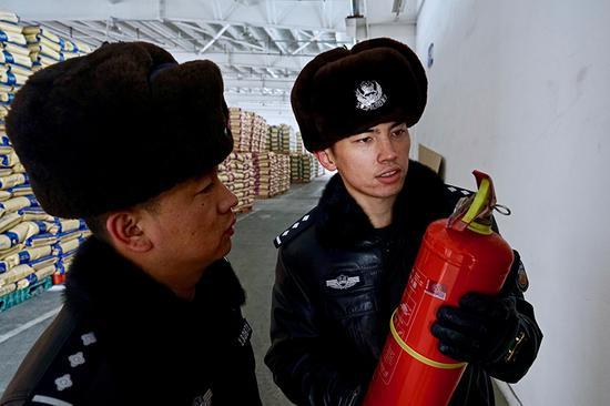 新疆铁警严把冬季货场消防安全关
