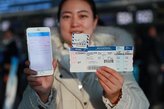 旅客通过扫描登机牌上的条形码,即可查询到行李托运状态。 张思维摄