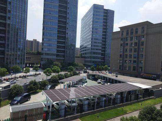 中大銀泰城充電站。杭建宣攝