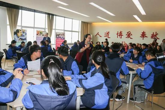 与会人员观摩探索人道法教学公开课。浙江省红十字会供图