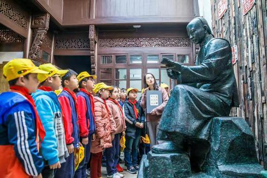 图为:小学生听乡贤讲述吴昌硕故事。张卉 摄