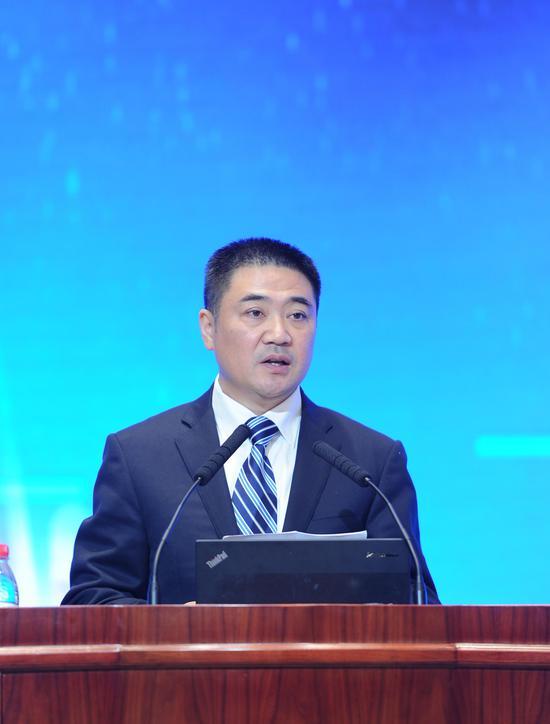 图为:绍兴市委常委、常务副市长徐国龙在峰会上作开幕致辞。 张茵摄