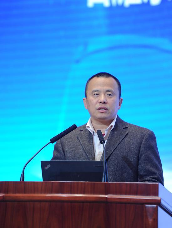 """图为:国务院发展研究中心产业经济研究部副部长石耀东作""""中国新能源汽车产业政策及趋势分析""""主旨演讲。张茵摄"""