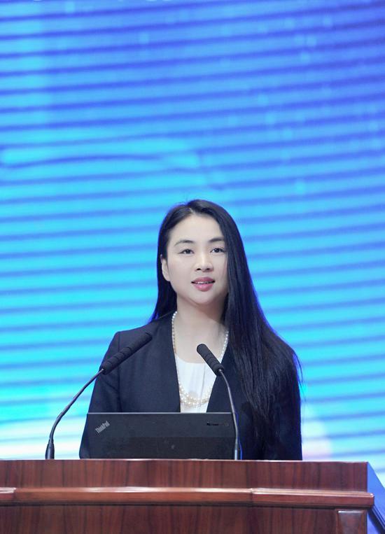图为:中国新闻社浙江分社常务副社长、总编辑柴燕菲在峰会上作开幕致辞。  张茵摄