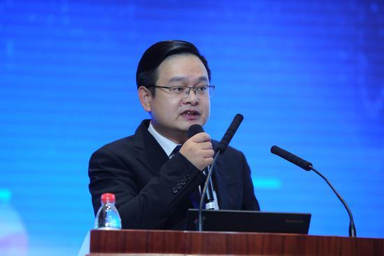 """图为:中铁集团总裁助理檀红光作""""产业互联、协同赋能推进新能源应用标准化""""主旨演讲。张茵摄"""