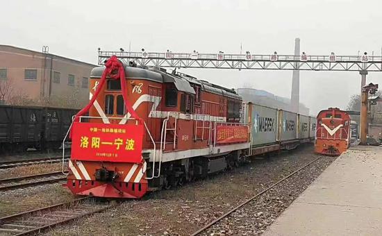 图为洛阳—宁波舟山港集装箱公铁海联运班列。宁波舟山港提供