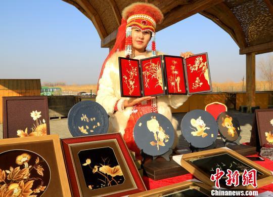 """博湖民族传统手工艺品向游客展示""""指尖技艺"""""""