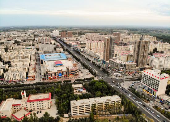 航拍沙漠边陲的生态宜居小城新疆尉犁县